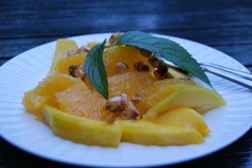 sinaasappel en mango met een honing-amandelstroopje